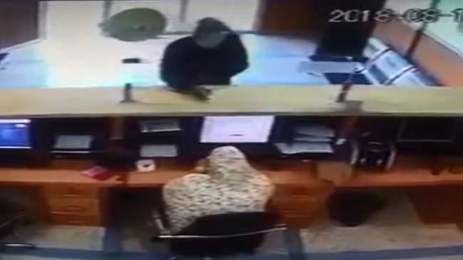 """فيديو..الأمن يكشف هوية سارق """"فاشل"""" اقتحم وكالة لتحويل الأموال في الداخلة"""
