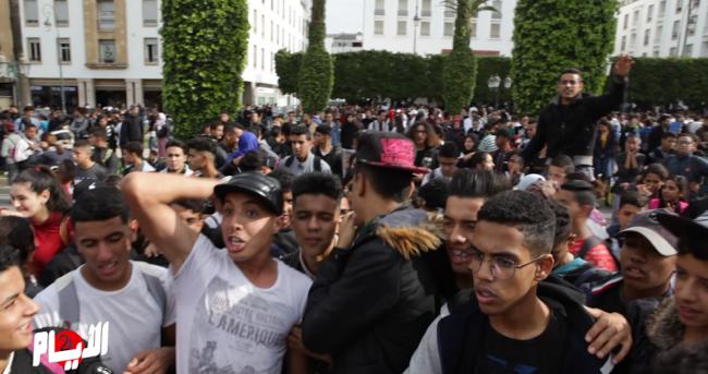"""حشود من التلاميد ترفع شعار""""ارحل العثماني """" أمام البرلمان"""