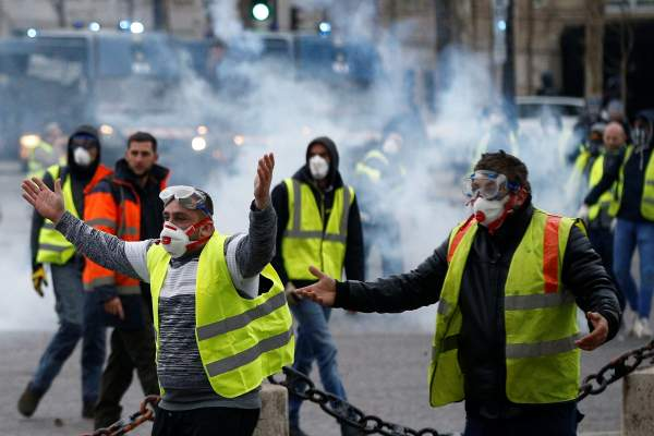 عاجل.. بعد تعليق الضرائب في فرنسا .. السترات الصفراء تفاجئ الحكومة وتقرر التصعيد