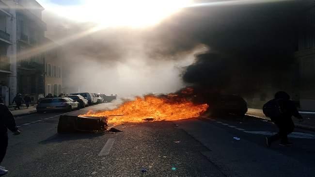 استنفار.. ''السترات الصفراء'' يشعلون النيران في باريس ويحاصرون محطات البنزين