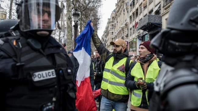 للأسبوع الخامس.. السترات الصفراء تعود إلى شوارع فرنسا والشرطة تعتقل 25 شخصا