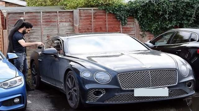 صور..شاهد محمد صلاح يقتني سيارة جديدة فارهة