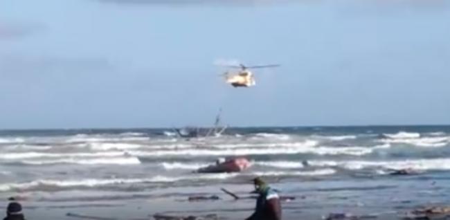 عاجل.. هيليكوبتر لإنقاذ 30 بحارا غرق مركبهم قرب سواحل طرفاية (فيديو)