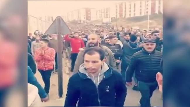 """جزائريون ينشدون أغنية """"في بلادي ظلموني"""" احتجاجا على بوتفليقة"""