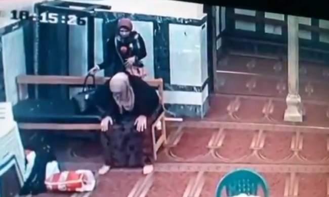 فيديو اشعل مواقع التواصل .. فتاتان تسرقان سيدة تصلي في المسجد