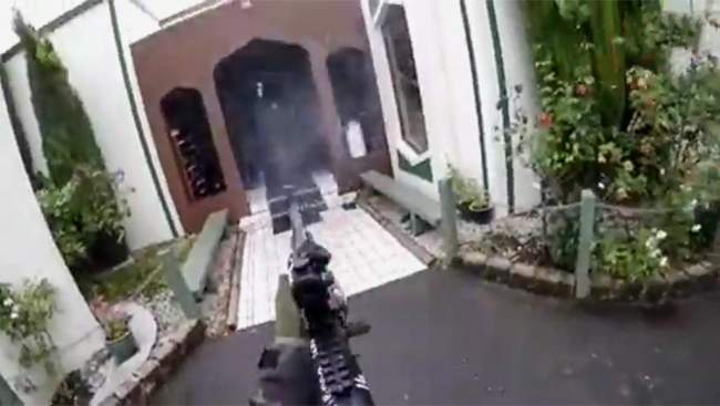 في بث حي وبدم بارد.. هكذا انهى قاتل متعصب حياة عشرات المصلين في مسجد النور + صورة