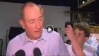 شاب يكسر بيضة فوق رأس برلماني قال إن سبب مجزرة نيوزيلندا هو هجرة المسلمين
