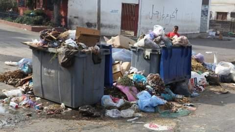"""الدار البيضاء """"تغرق"""" في الأزبال بعد إضراب عمال النظافة"""