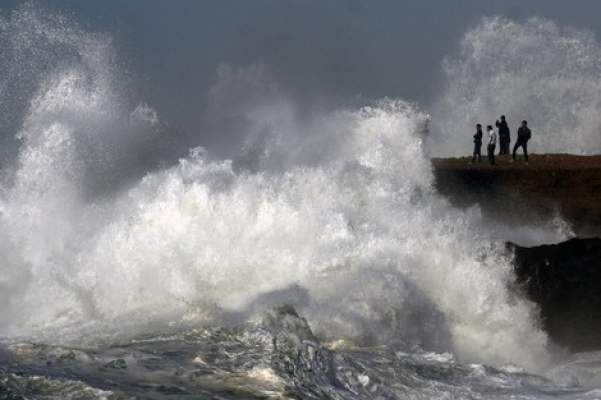 نشرة خاصة: الأرصاد تتوقع زخات رعدية وأمواج خطيرة شمال المغرب