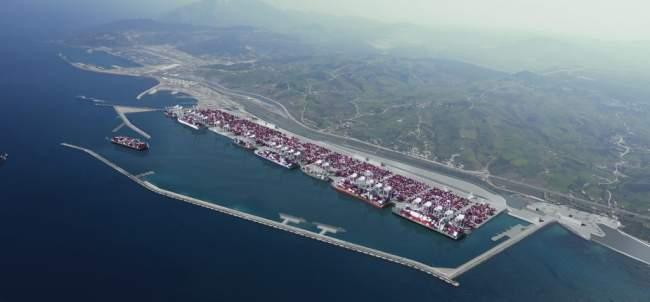 من المغرب نحو العالم .. شركة عملاقة توقع عقدا مع ميناء ''طنجة المتوسط''