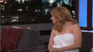 """بالفيديو..مذيعة شهيرة تظهر عارية: """"فستاني تعرض للقطع"""""""