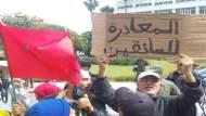 """بالصور..وقفة احتجاجية لعمال """"ستاريو"""" وأزمة في تنقل المواطنين بين العدوتين"""