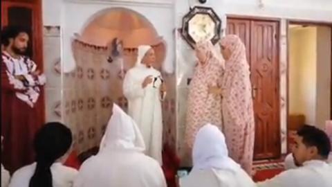 بالفيديو..هولندية تشهر إسلامها في صلاة الجمعة جنوب المغرب