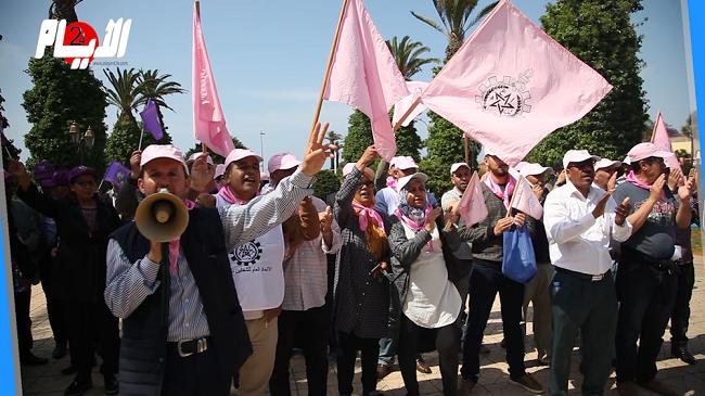 فيديو..النقابات التعليمية الخمس تحتج أمام مقر الوزارة