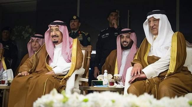 جثا على ركبته أمامه... صورة الملك سلمان ومحمد عبده تشعل مواقع التواصل