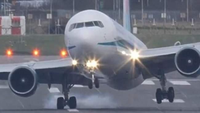 شاهد.. لحظة اصطدام الطائرة الروسية المنكوبة بمدرج المطار واشتعال النار فيها