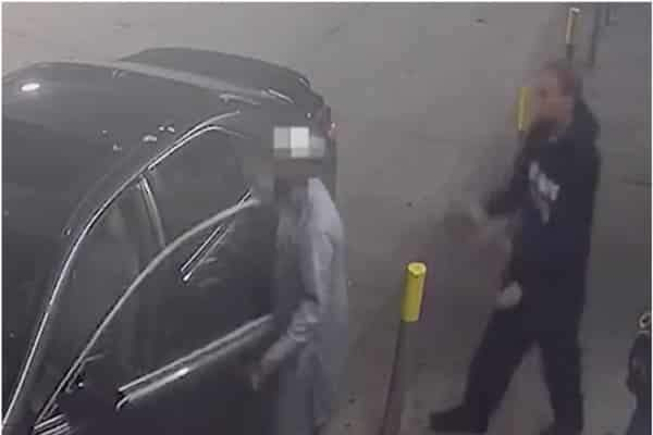 """نجا من القتل.. """"باكستاني"""" يتغلب على لصين مسلحين ويحبط محاولة سرقة سيارته في أمريكا(فيديو)"""