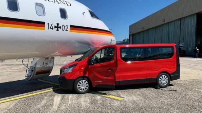 بسبب صورة .. معجبة تصدم طائرة ميركل في مطار دورتموند