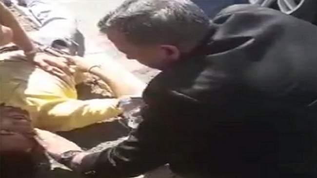 بالفيديو..وزير الصحة الأردني يقدم الإسعافات لرجل مصاب في حادث سير