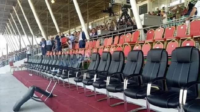 بالفيديو..زعماء سياسيون يهربون من منصة الملعب في نهائي كأس الجزائر