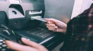 أراد سحب بعض النقود ففاجأته الآلة بثروة كبيرة (فيديو)