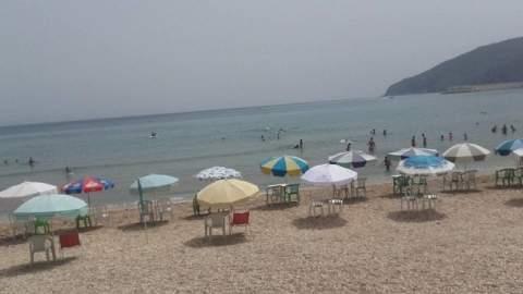 """الدولة تتدخل للحد من """"جشع"""" أصحاب المظلات والكراسي في الشواطئ"""
