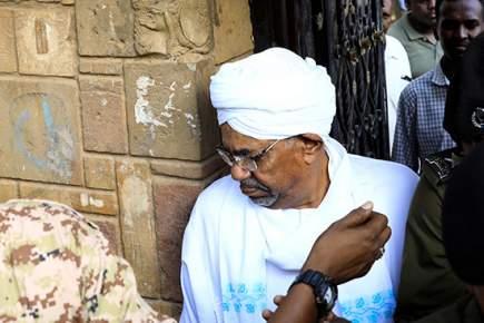 مطأطأ الرأس .. أول ظهور للرئيس السوداني بعد عزله