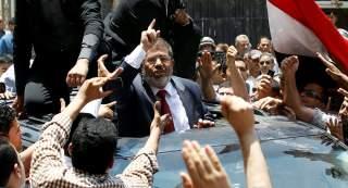 دفن جثمان مرسي في مقبرة شرقي القاهرة بحضور أسرته ومحاميه