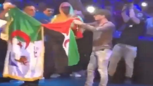 """المغني الجزائري سولكينغ """"Soolking"""" يرفع علم الجمهورية الوهمية في حفله"""