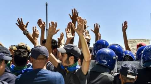 بالقوة.. الشرطة الجزائرية تمنع المتظاهرين من رفع العلم الأمازيغي