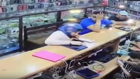 بالفيديو... لحظة انفجار هاتف في وجه فتاة