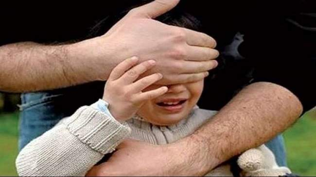 بالفيديو..محاولة علنية لاختطاف طفل من والديه