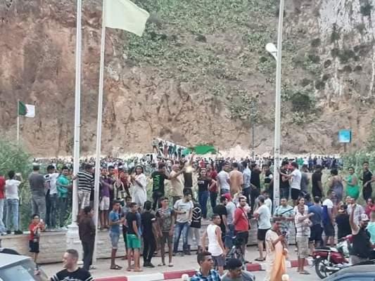 مغاربة يفرحون بتأهل الجزائر على الحدود (صور)