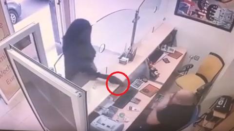 """""""نقاب"""" ومسدّس.. مجهول يهاجم وكالة لصرف العملات في الحسيمة (+فيديو)"""