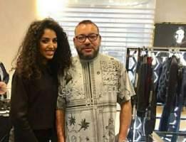 الصورة التي أشعلت مواقع التواصل الاجتماعي .. ابيات شهيرة في رثاء الأندلس على قميص الملك