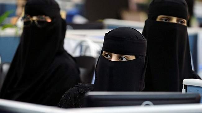 في خطوة نادرة في السعودية... نساء يخلعن العباءات (+فيديو)