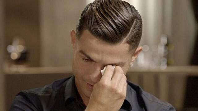 رونالدو يجهش بالبكاء بعد مشاهدة والده المتوفى (فيديو)