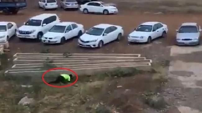 كأس السودان..حكم يهرب من الملعب والجمهور يطارده بالحجارة حتى منزله(فيديو)