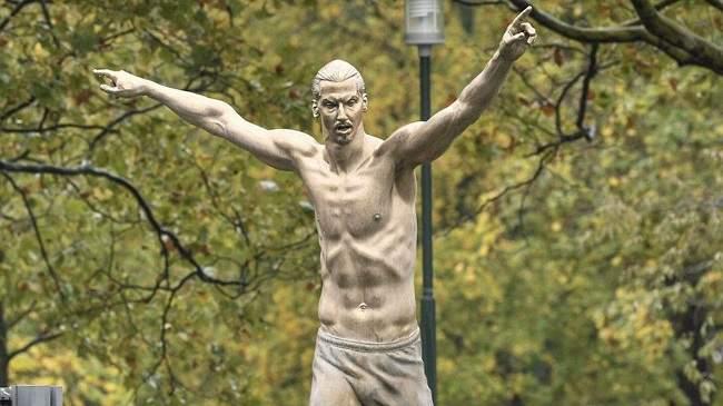 بالفيديو..تمثال عملاق لإبراهيموفيتش في مسقط رأسه