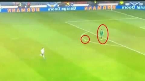 حارس مرمى دولي يضرب بقوانين كرة القدم عرض الحائط (فيديو)