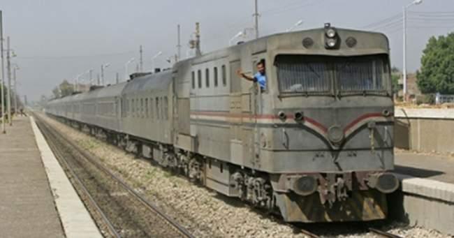 مراقب يجبر شابين على إلقاء نفسيهما من القطار لعدم توفرهما على التذكرة (فيديو)