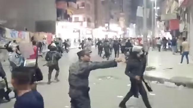 فيديو يحقق ملايين المشاهدات..ضابط يمنع جنوده من ضرب المتظاهرين ضد السيسي